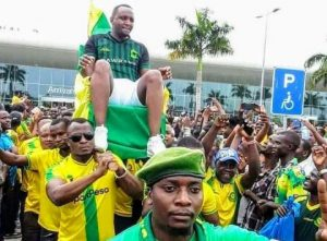 Football : pour avoir ramené deux joueurs de l'AS vita club, le président du young African de la Tanzanie porté en triomphe 2
