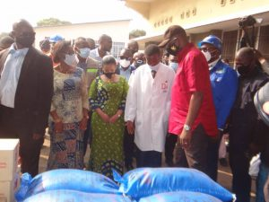 Kinshasa : Gentiny Ngobila et la députée Liza Nembalemba remettent un lot important des matériels médicaux et  denrées alimentaires au centre de santé de Référence de Selembao ( kitokimosi) 1