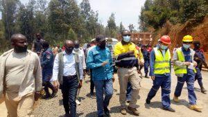 Sud-Kivu/ infrastructures : Théo Kasi Ngwabidje inspecte les travaux sur la route nationale numéro 5, tronçon Bukavu- Kamanyola 1