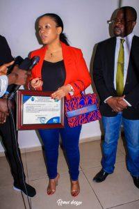 Kinshasa : Liza Nembalemba primée par le Magazine 100% Bopeto pour son implication dans la lutte contre l'insalubrité 3